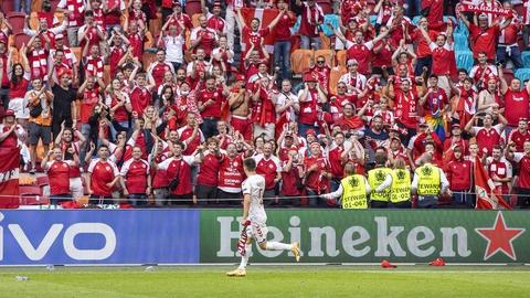 Joakim Mæhle og danske fans hylder hinanden efter avancement til kvartfinalen. (Foto: Anders Kjærbye / fodboldbilleder.dk)