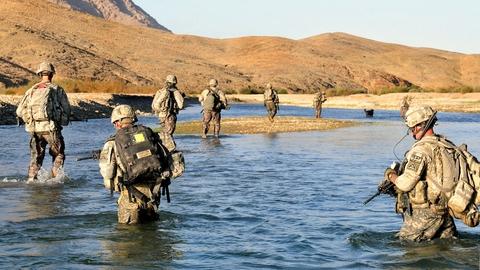 Soldater krydser Arghandab-floden i Afghanistan. (Foto: U.S. Army/Creative Commons)