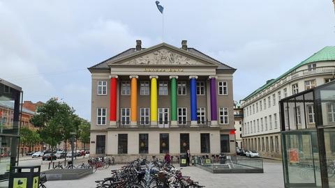 Billede fra Kongens Nytorv, København, hvor både Danske Bank og Det Kongelige Teater er regnbueklædt.