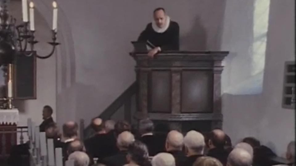 """""""Den vantros liv er et liv i Djævelens tjeneste! Kortspil, djævelskab! Dans, hor, djævelskab!"""" Fiskerne blev sendt på Danmarks Radio i 1977 og kan ses på DR-tjenesten Bonanza."""