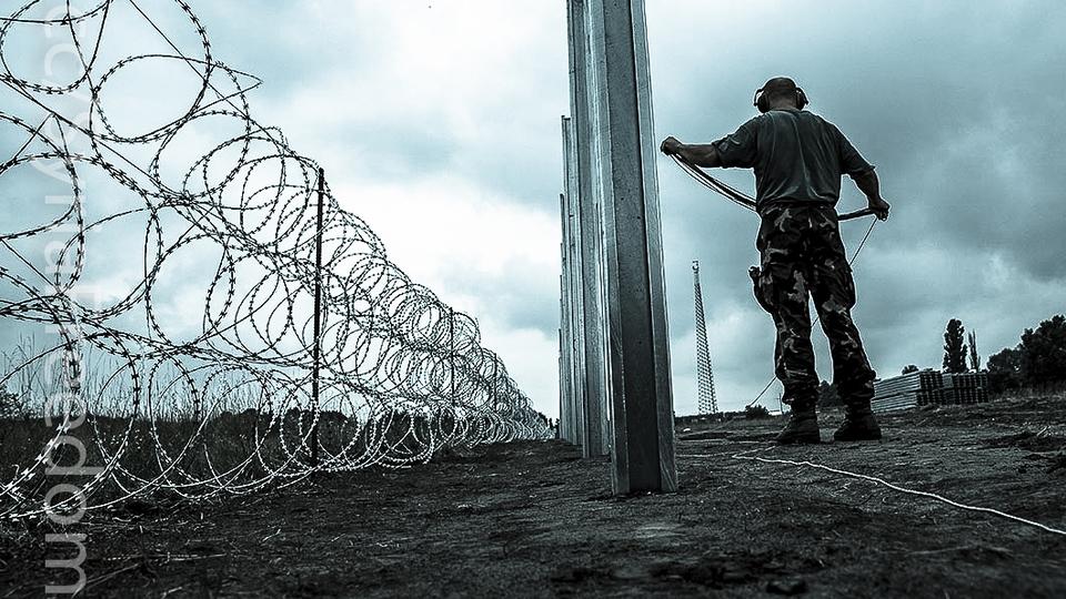 Ungarsk militær lægger pigtråd ud. Foto: Public domain.