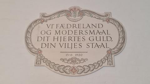 Inskription i Vandrehallen, Christiansborg.