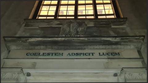 """Københavns Universitet, Frue Plads. (Latinsk tekst: """"Den (ørnen) skuer det himmelske lys."""")"""