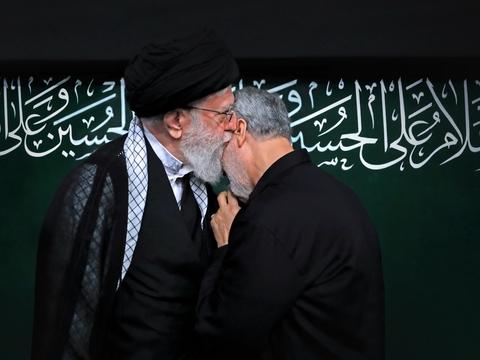 Irans religiøse leder Ali Khamenei kysser generalmajor Qasem Soleimani, der blev dræbt af amerikanske missiler. Foto: Khamenei.ir, Wikimedia Commons